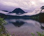 Озеро Верхне-Авачинское в районе потухшего вулкана Бакенинг. Лежит в четырёх километрах ниже по течению реки, соединяющей его с озером Медвежье. Здесь вид от западного берега на восток.