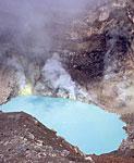 Вулкан Горелый. Озеро с серной кислотой на дне одного из центральных кратеров. Прямо над поверхностью озера действуют фумаролы, выбрасывающие горячий пар из своих недр.