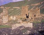 В окрестностях Тиба множество развалин каменных строений. Здесь издавна жили осетины