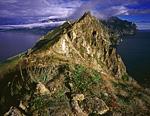 Двуморье - так назвал этот сюжет. Это и есть узкий, горный гребень мыса Таран. Дальше полуостров расширяется.