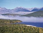 Озеро Большой Дарпир, северная оконечность. Северная часть озера существенно отличается от всего Дарпира в целом. Везде горы отстоят от озера довольно далеко. Здесь же горы вплотную подходят к его берегам, вплоть до непроходимых участков.