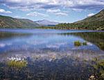 Озеро Урультун находится к северо-востоку от северной оконечности озера Момонтай. Идти туда примерно восемь километров. Будто изогнутым бумерангом лежит это озеро, тесно зажатое окружающими сопками, покрытыми лесом.