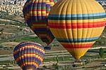 Каждое утро в окрестностях Гёреме в небо поднимаются десятки воздушных шаров.